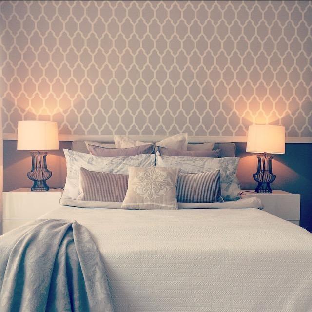 Gemütliches Schlafzimmer mit vielen Kissen, Tapete und
