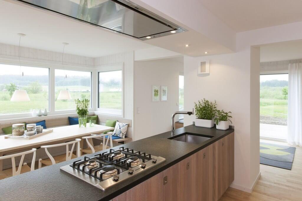 Offene Kücheninsel mit Esstisch - Inneneinrichtung skandinavisches