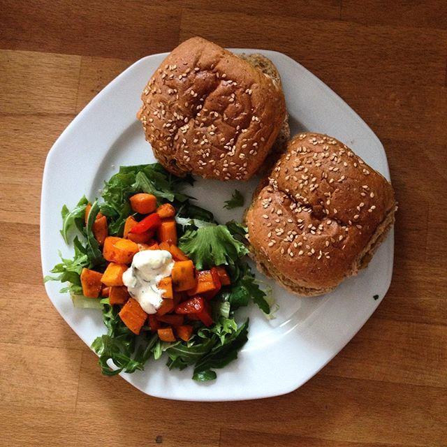 Boekoeloekoeburgers met volkoren broodjes en zoete aardappelsalade. Lekkerlekker! Uit het Hello Fresh pakket! #veggie #boekoeloekoe #boekoeloekoeburger #boekoeloekoeburgermix / www.boekoeloekoe.nl