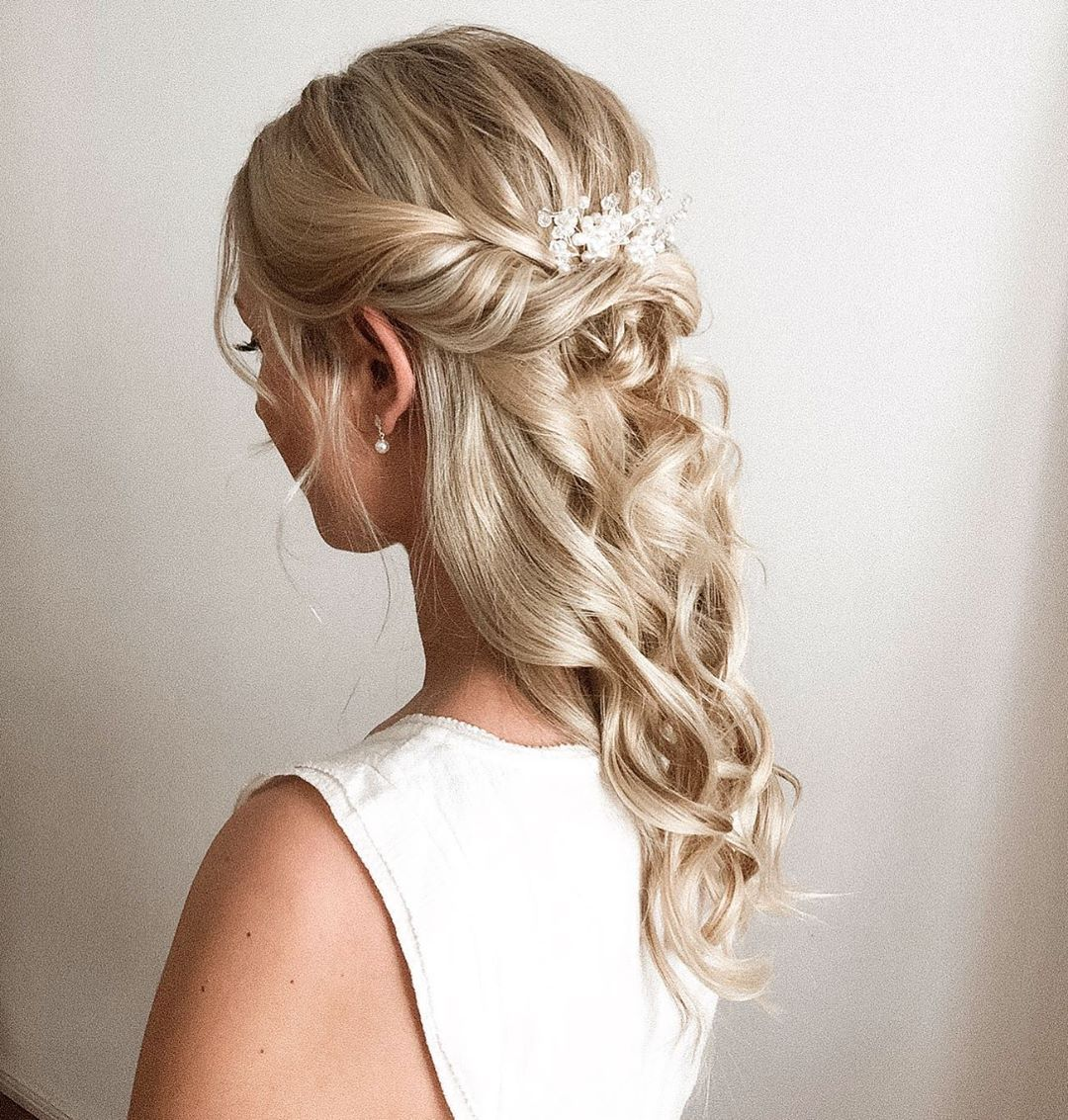 Half Up Einer Der Frisuren Von 2019 Welche Frisur Wird Es Nachstes Jahr Was Denkt Ihr Frisuren Updo Braut Long Hair Styles Hair Styles Beauty