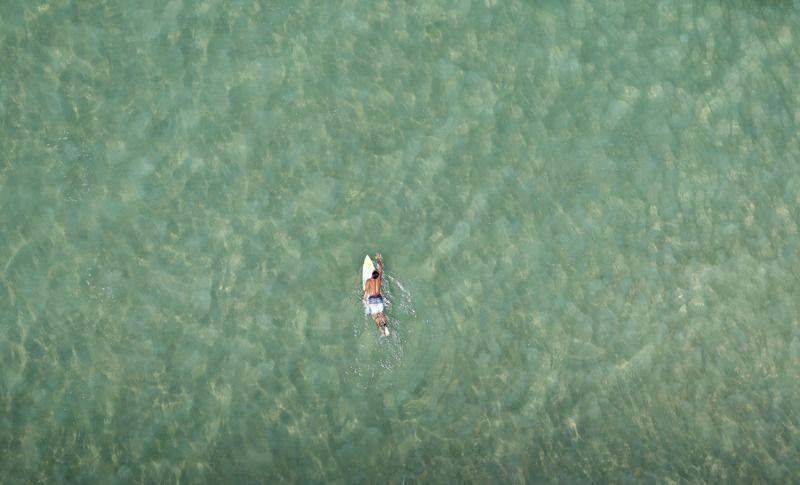 Un surfista en playa de Barra da Tijuca en Río de Janeiro el 22 de febrero de 2013. | Créditos: REUTERS / Ricardo Moraes