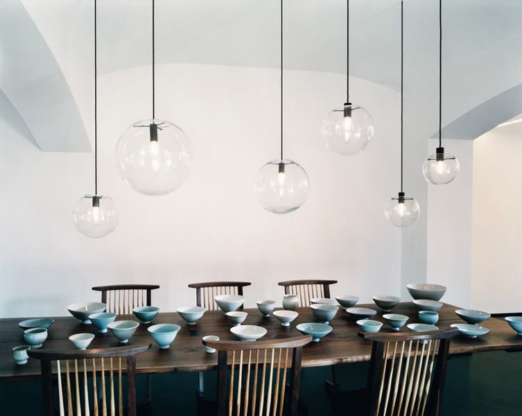 Serie di lampade a sospensione sopra tavolo da pranzo