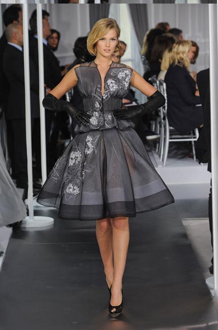 5fbb8998d9355 robe années 50 Dior Haute Couture printemps-été 2012   Paris ...