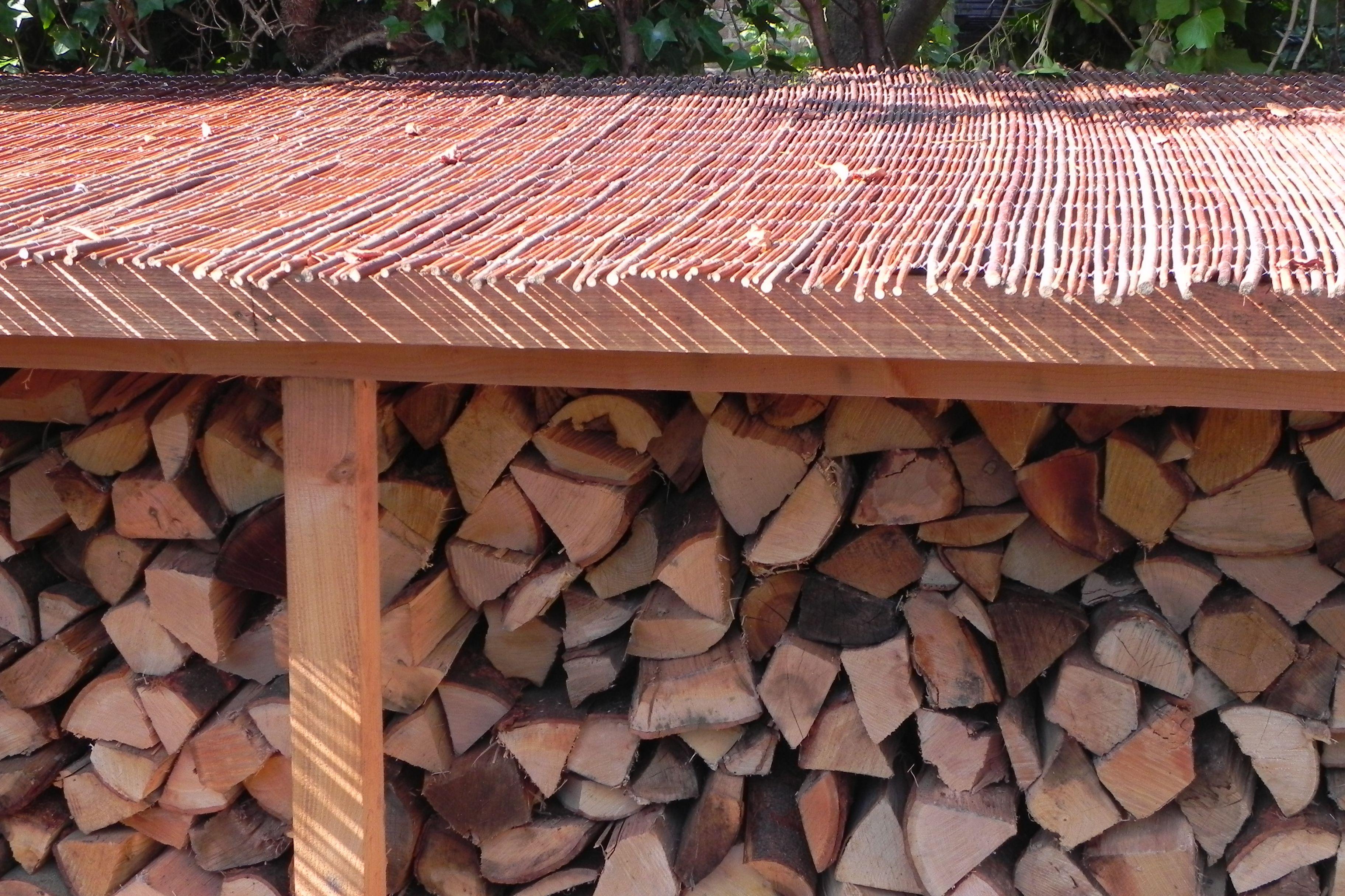 Houthok van douglashout met wilgentenen dak tuinobjecten pinterest firewood storage and - Dak van pergola ...