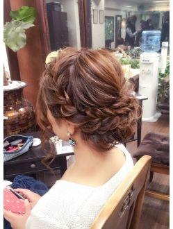太めの編み込みアップ 結婚式 ヘアスタイル お呼ばれ 花嫁 髪型