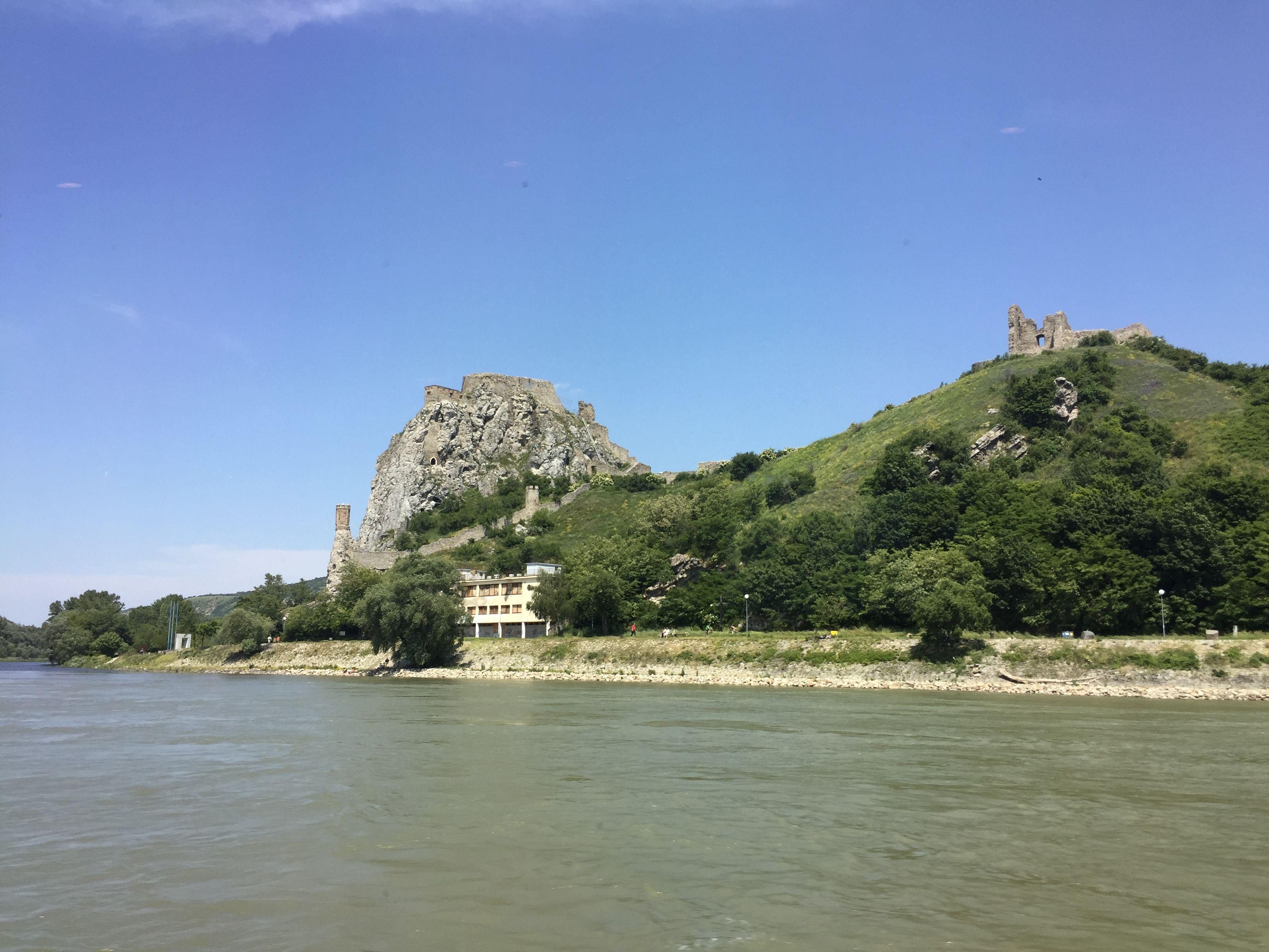 Von Bratislava und überhaupt von der Slowakei hatte ich nie ein gutes Bild vor Augen. Dabei war mein bisheriger Aufenthalt in der Slowakei mehr als kurz. Als ich 2004 mit meinen Eltern zum Balaton gefahren bin, hatten wir eine lange Autofahrt. Mitten in der Nacht waren wir in Bratislava bzw. wahrscheinlich eher auf einer Autobahn …