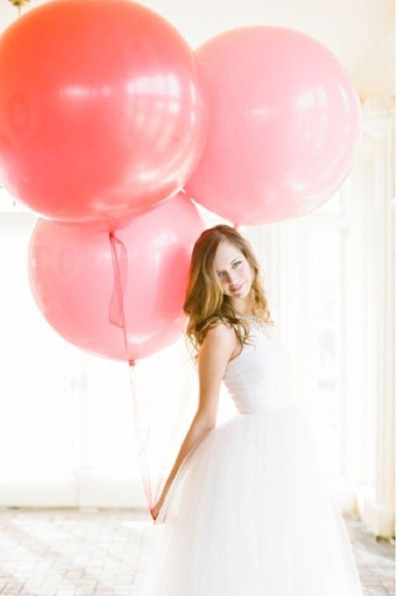 Haz resaltar tu Vestido con Globos gigantes de la misma gama de colores para crear fotografías  atractivas