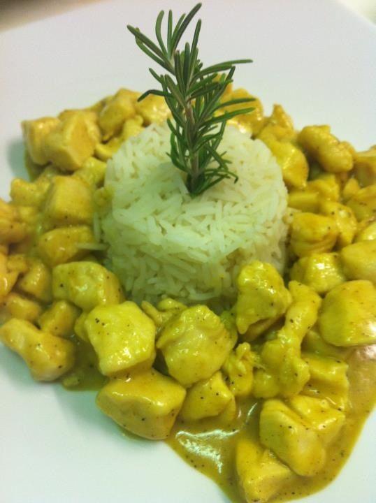 Dadolata di petto di pollo al curry con budino di riso basmati.