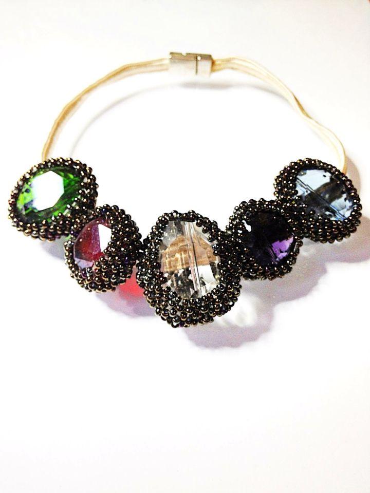 Collar de cristales multicolor