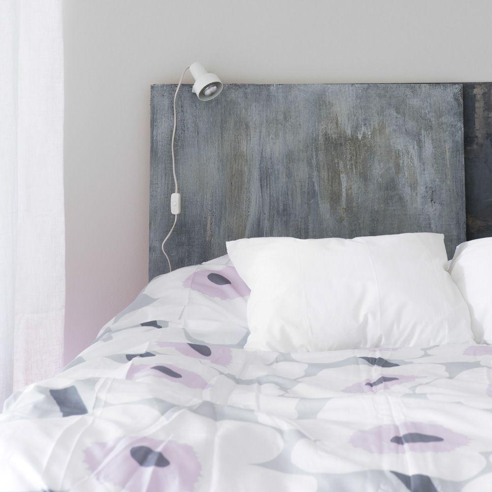 Sängyn paikkaa voi korostaa sängynpäädyllä. Erilliseen levyyn on helppo kiinnittää yövalaisimet, tauluja tai jopa pieni hylly, ilman kiviseinän hankalaa poraamista. http://www.olkkari.fi/itse-tehty-alkovi/