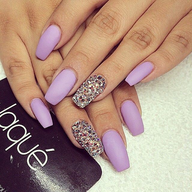 Uñas Moradas Con Accesorios Violet Nails With Accesories