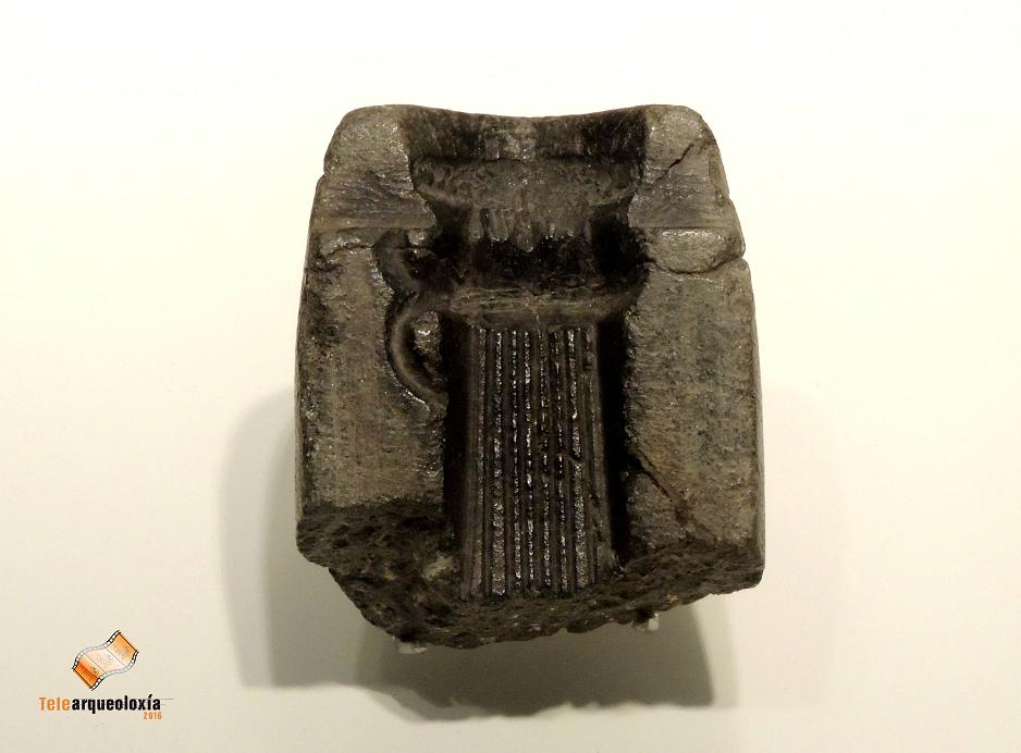 Molde de esteatita para a fundición de machados de cubo. Cuntis (Pontevedra). Bronce final (II-I milenios a.C.). Museo de Pontevedra. Polas súas propiedades, a esteatita convírtese nun material idóneo para o seu emprego como molde na fabricación de utensilios na metalurxia, xa que sometido a altas temperaturas, a súa oscilación volumétrica e prácticamente imperceptible. Estes moldes servirían tamén para a obtención de modelos en cera para a fundición de pezas por cera perdida.