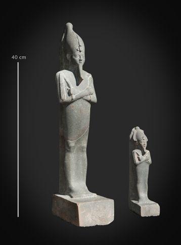 Hallazgos arqueológicos en el pozo descubierto cerca del templo del dios egipcio Ptah.   Una estatua y una estatuilla del dios Osiris. (Imagen: Centro Franco-Egipcio de Estudio de los Templos de Karnak (CNRS / Ministerio Egipcio de Antigüedades))