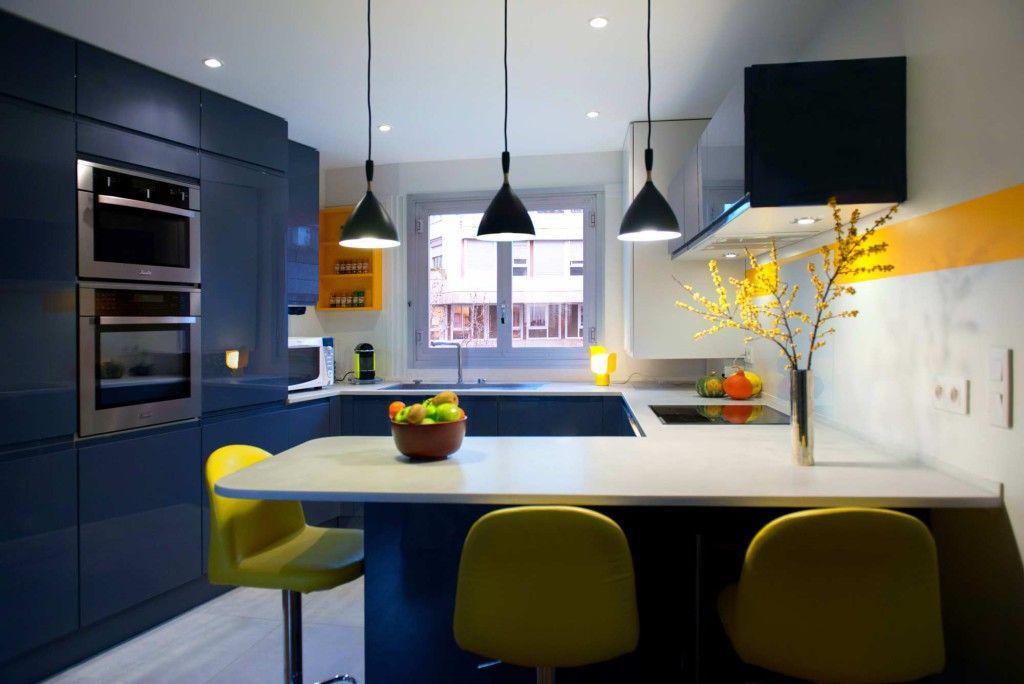 Une cuisine tonique en gris bleu et jaune soleil, cuisine sur ...