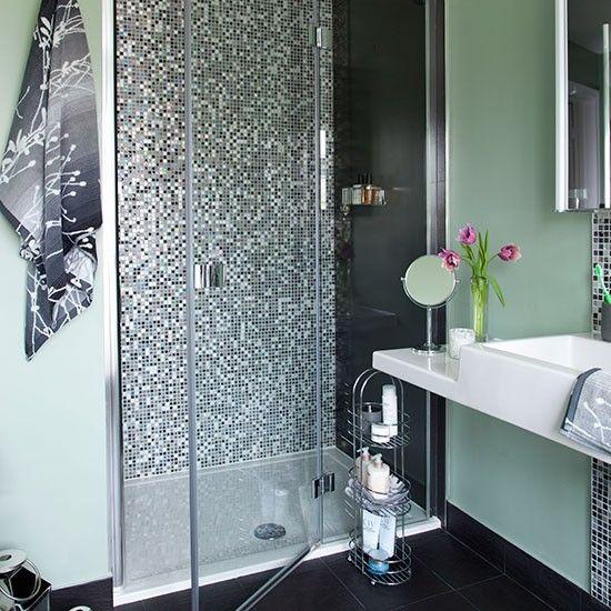 Sage grünes Badezimmer mit Duschkabine Wohnideen Badezimmer Living ...
