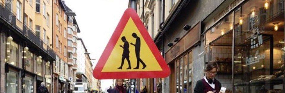 Die Stadtverwaltung in der schwedischen Hauptstadt Stockholm warnt neuerdings vor Smombies auf den Strassen. Für all diejenigen unter euch, die nicht mitbekommen haben was ein Smombie ist, laut dem Langenscheidt Verlag, sind das Jugendliche die auf ein Smartphone starren und deswegen die Geschehnisse um sie herum missachten. Klarer Fall für die Schweden, ein junger Mensch [ ]