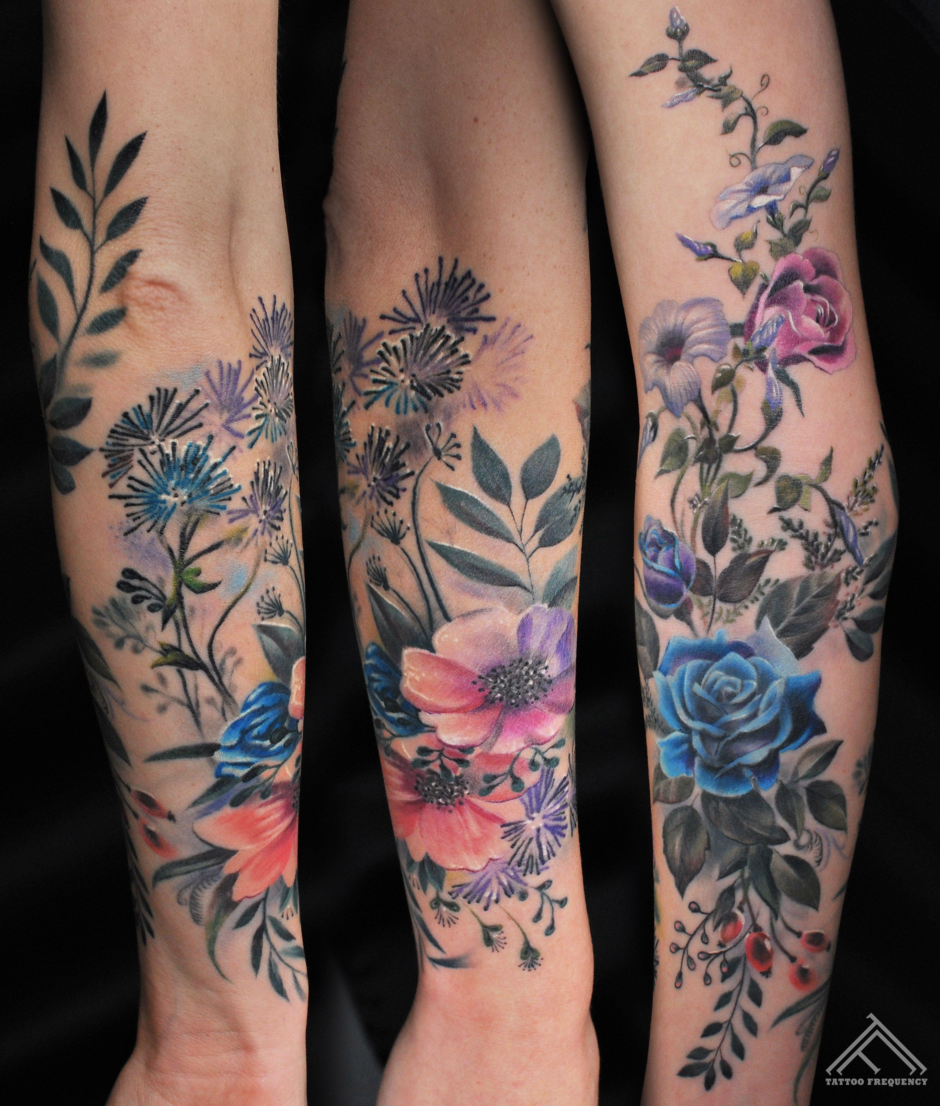 Colorful Flowers On Womans Arm Artist Maris Pavlo Flower Flowertattoo Tattoo Tatuagens Elegantes Tatuagem De Flor Colorida Tatuagem Braco Inteiro Feminino