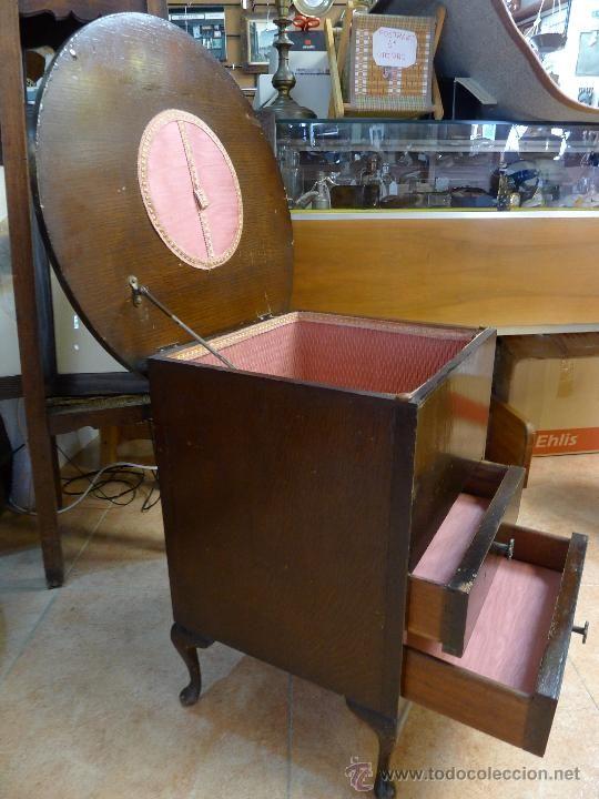 Antigua mesita en madera color marrón, con dos cajones y costurero ...