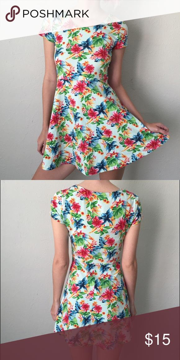 Floral Skater Dress Cute mini floral skater dress from forever 21. Size small! Forever 21 Dresses Mini