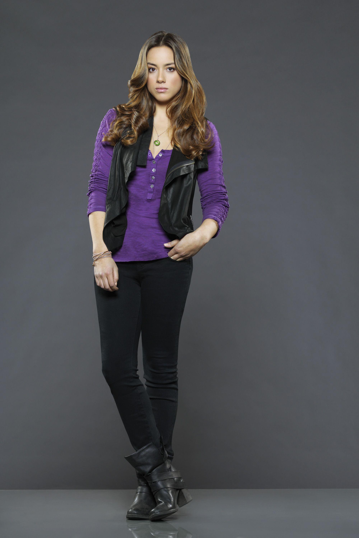 Chloe Bennet como Skye, una hacker civil que se une al grupo. Divertida, inteligente, cuidadosa y segura de si misma, sabe controlar una situación mediante su ingenio y encanto