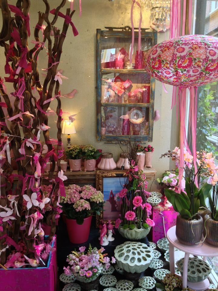 Kleurrijke bloemen en woonaccessoires bij Wim van Assem in