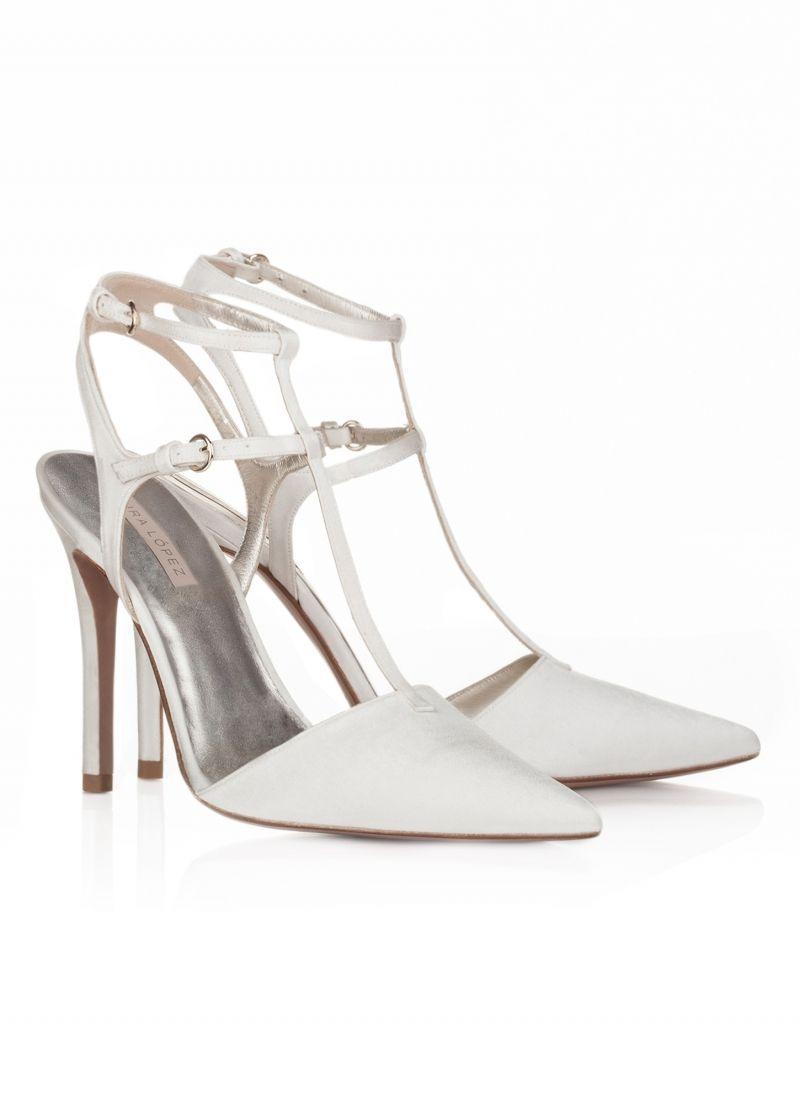 Pura Lopez Friede- Zapatos Pura López de punta fina y tacón alto realizados  en piel en raso blanco roto. Tira en T y doble hebilla al tobillo. 07fe666679d9
