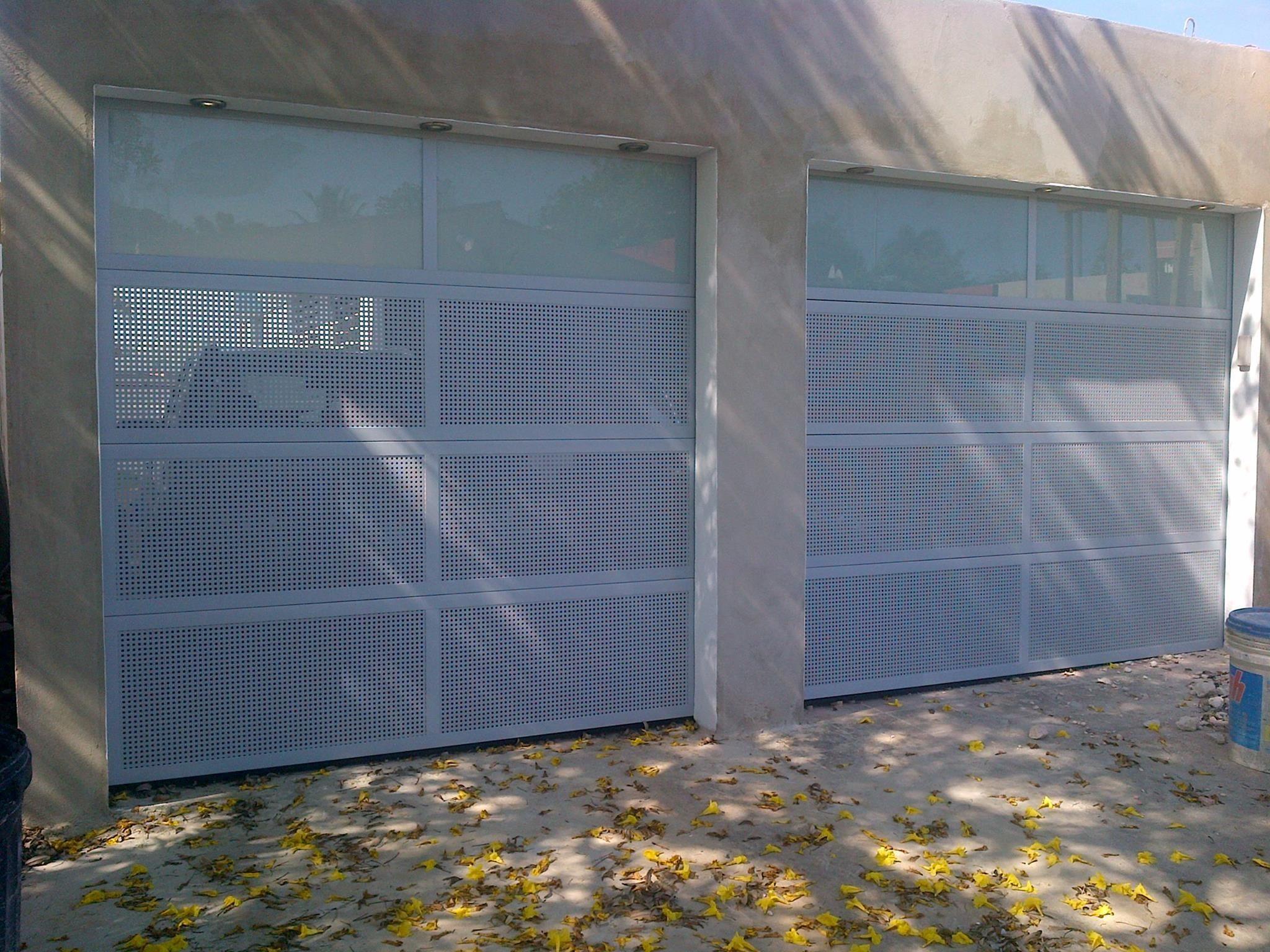 Puertas De Garaje Combinadas Con Secciones Perforadas Y Paños De Cristal Puertas De Garaje Garaje Puertas