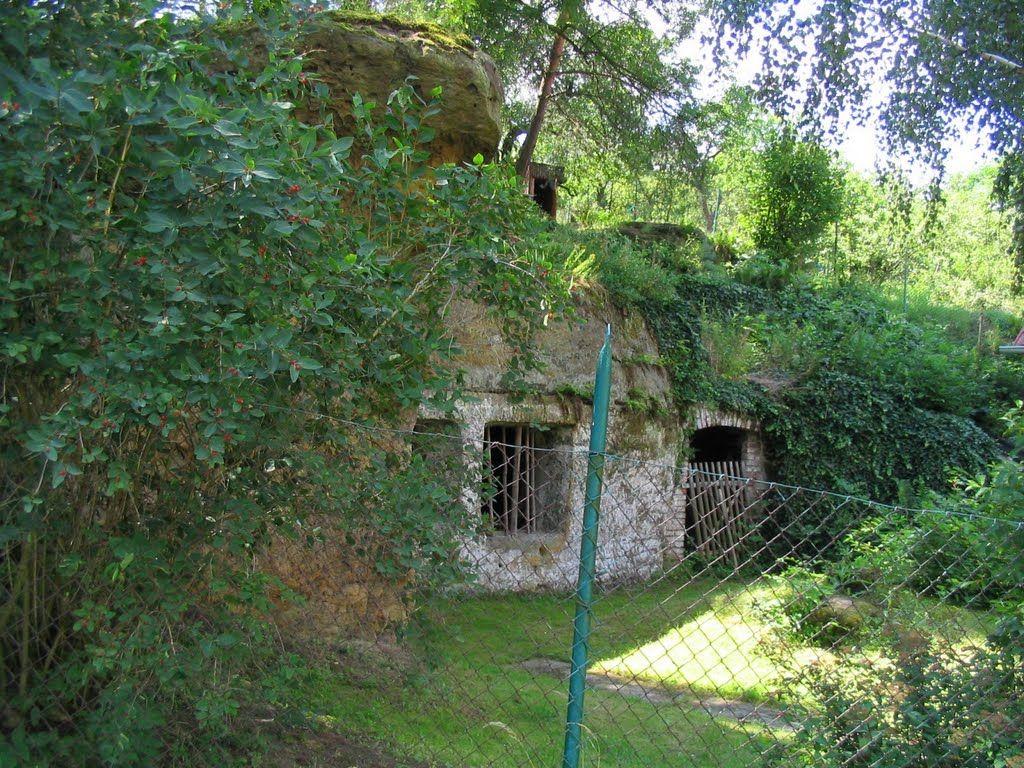Lhotka u Mělníka - skalní bydlení- cave hut near Melnik