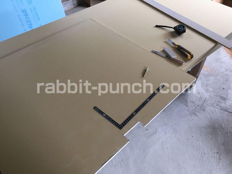 壁下地を組んで石膏ボードを貼る 梁と屋根勾配のカットが鬼門だった Rabbit Punch 石膏ボード 梁 屋根