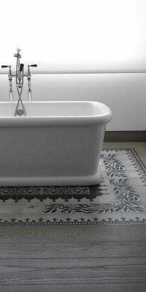 Tapis De Carreaux De Ciment Sous Baignoire Dans Une Salle De Bain
