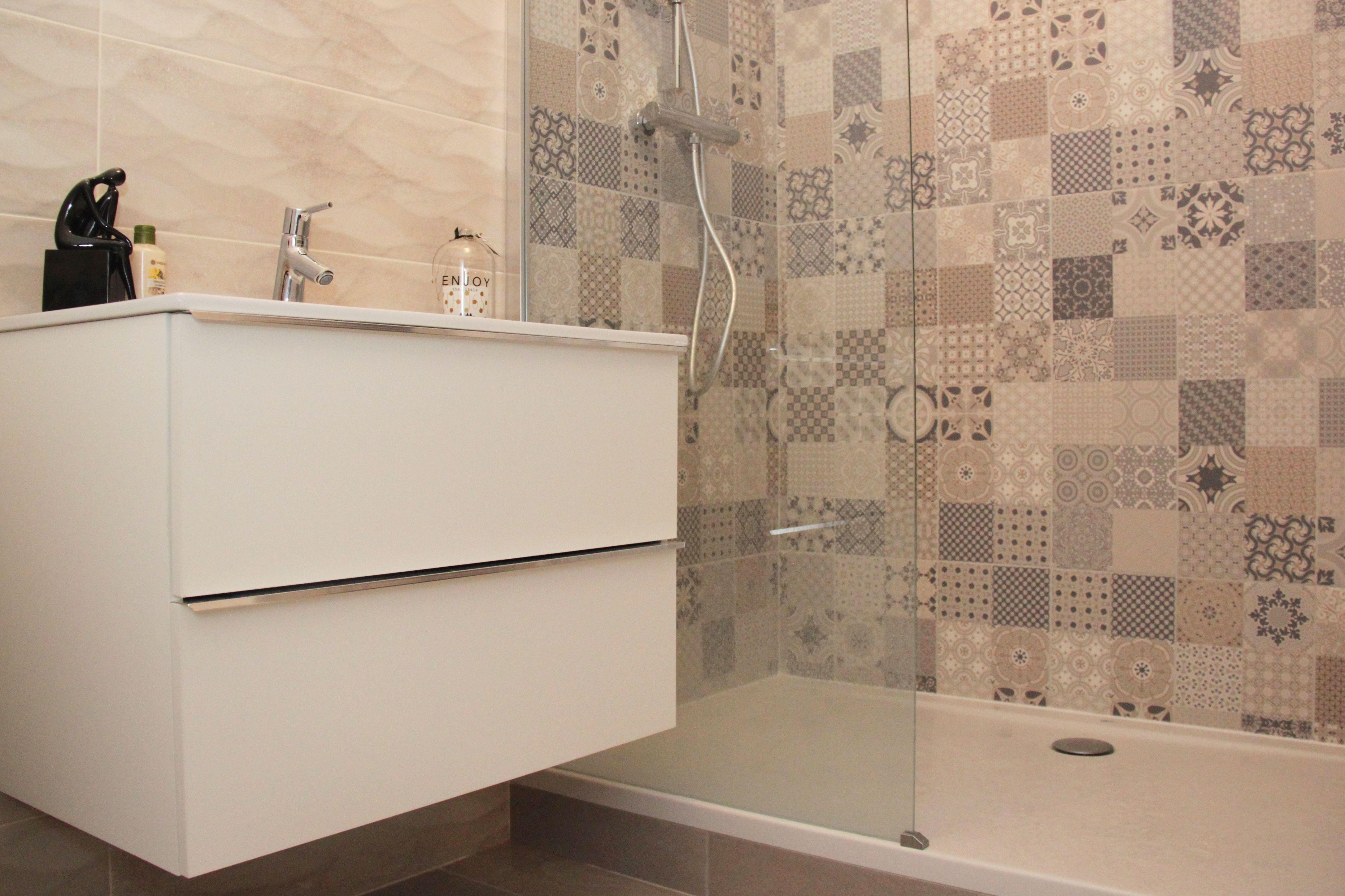 meuble de salle de bain blanc  tiroir avec carrelage vague et