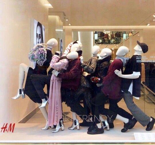 Colocacion Inusual Marca H M Window Display Visual Merchandising Fashion Retail Interior