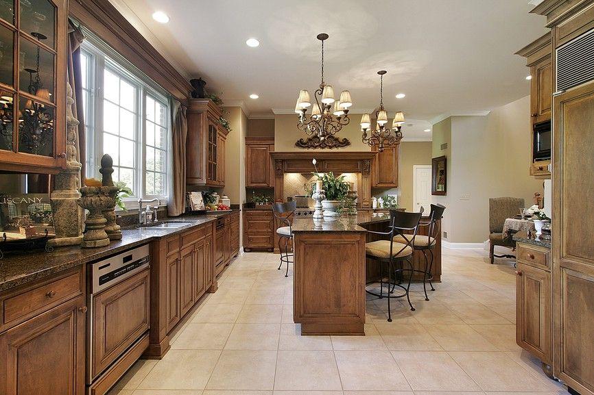Große hölzerne Küche mit Fliesen-Böden und Boden bis zur Decke - küche fliesen boden