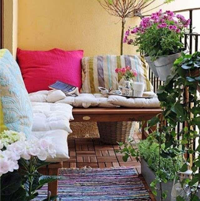 Arredamento balcone di casa - Arredi riciclati su balcone stretto e ...