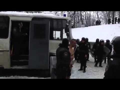 En Ukraine même les clodos sont costauds - http://www.infos-des-medias.net/en-ukraine-meme-les-clodos-sont-costauds/