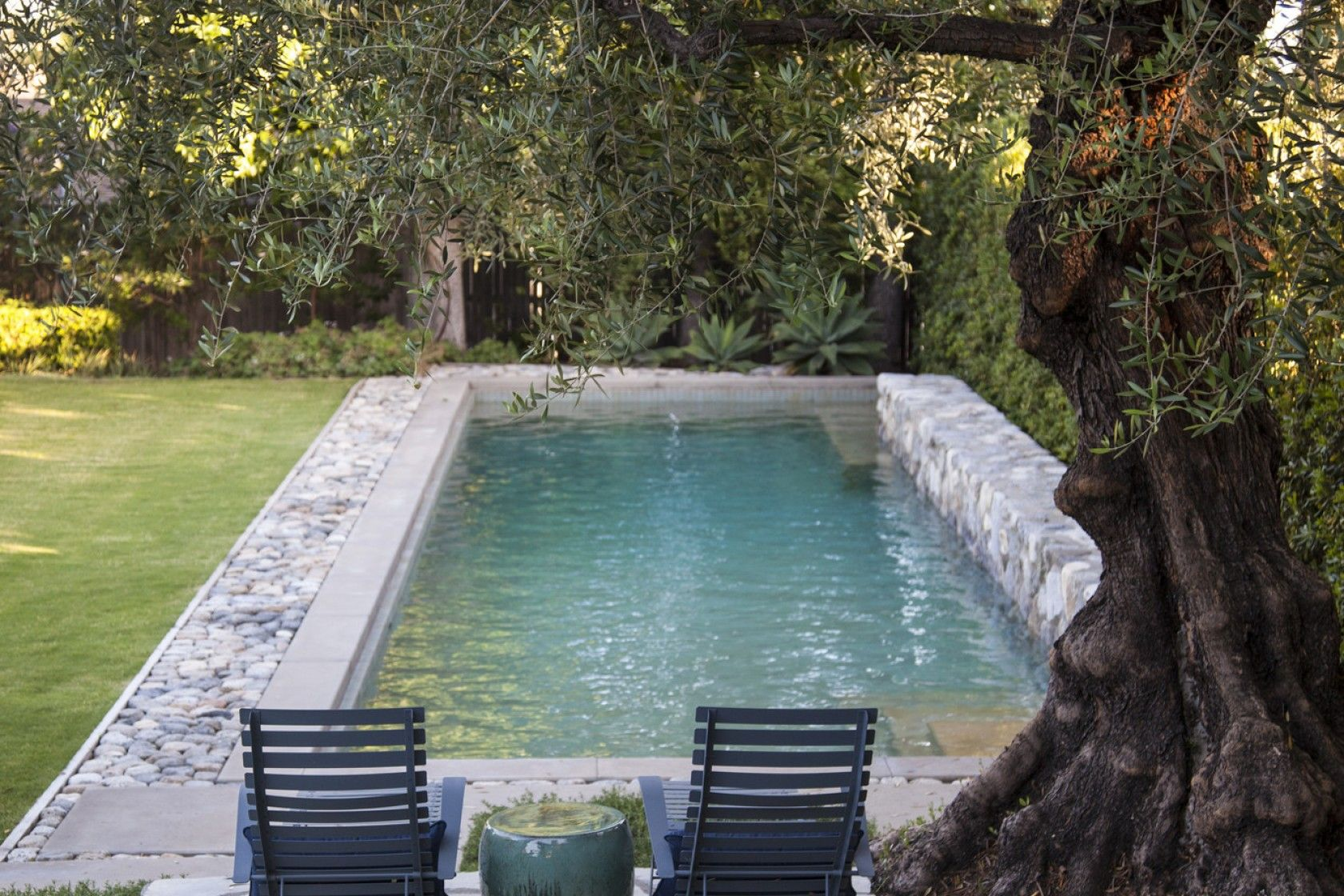 A Pasadena Garden Mixes Fresh And Modern Design With A Rustic Style Outdoor Swimming Pool Designs Small Backyard Pools
