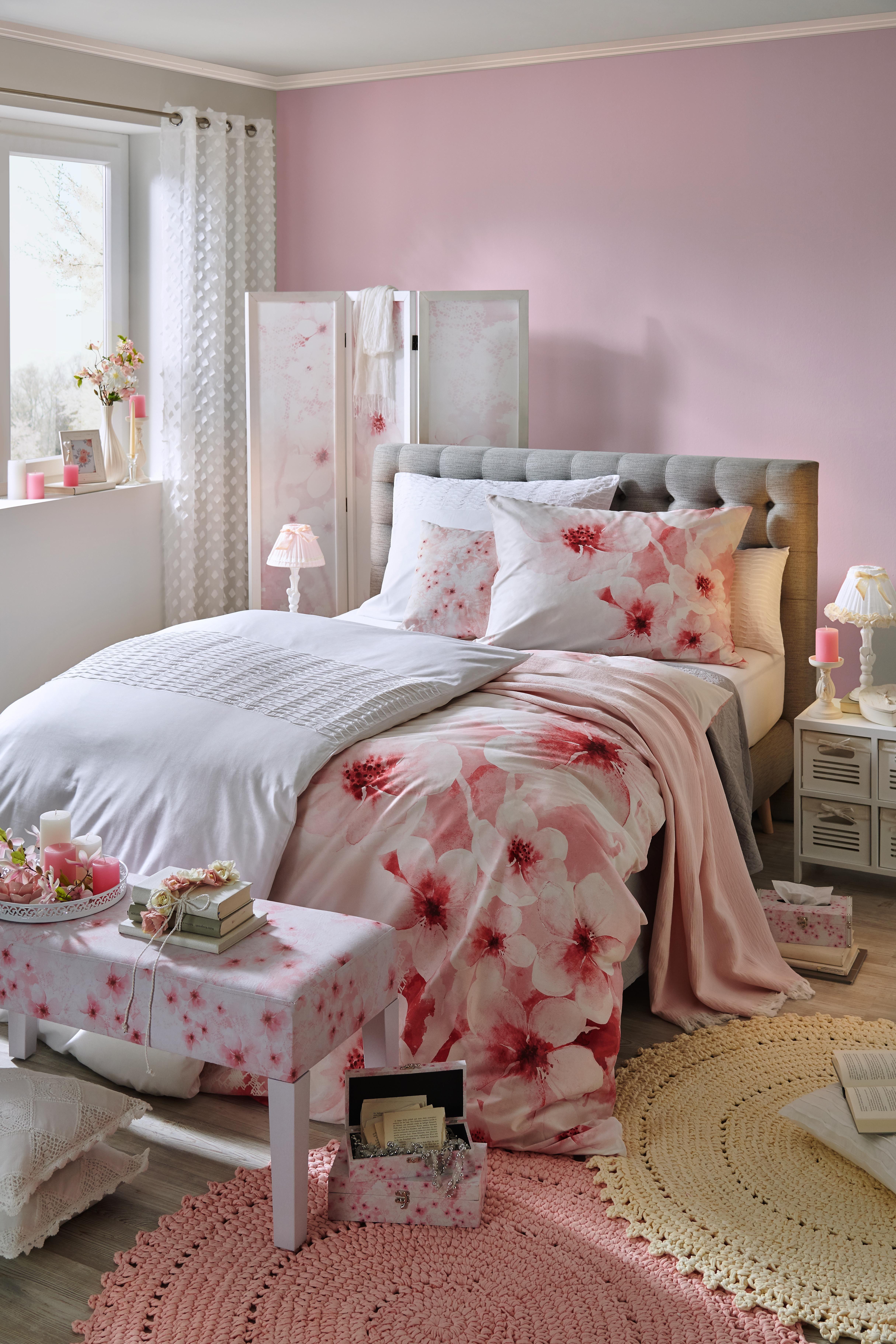Schlafzimmer mit Boxspringbett und Accessoires im rosa ...