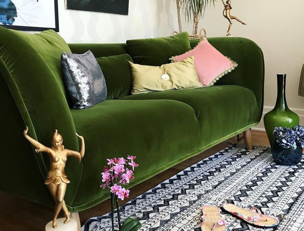 Awesome 47 Magnificient Lush Green Velvet Sofas Ideas In Cozy Living Room In 2020 Green Couch Decor Green Sofa Green Velvet Sofa