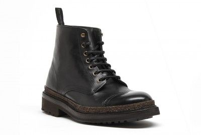 Aprovecha la moda del estilo grunge. Se vale llevar botas cómodas, toscas y con un toque de color o materiales originales. Checa este modelo Prada