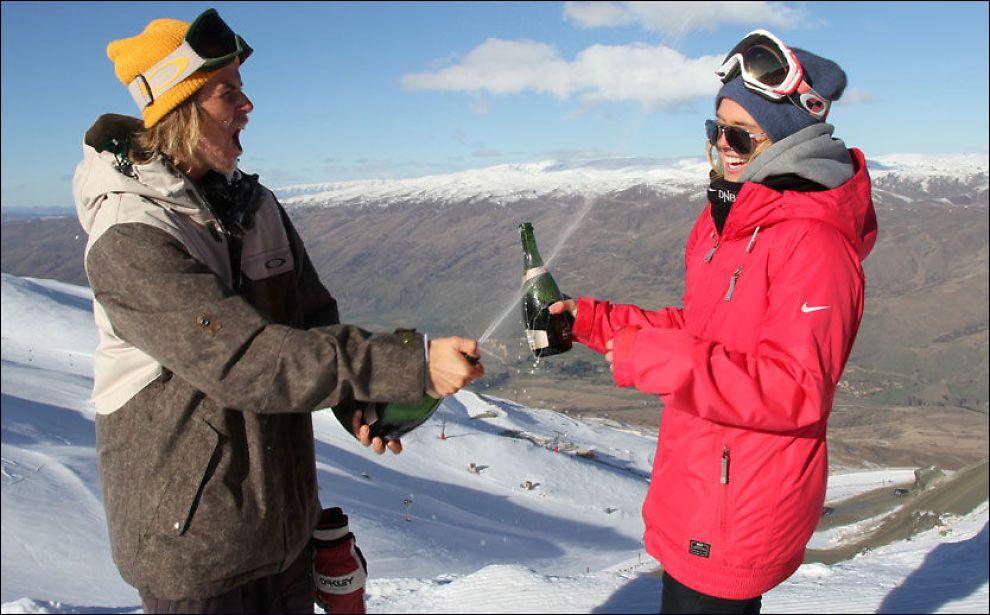 JUBEL: Ståle Sandbech og Silje Norendal jublet sammen etter henholdsvis første- og annenplassen i New Zealand. Foto: Snowboardforbundet