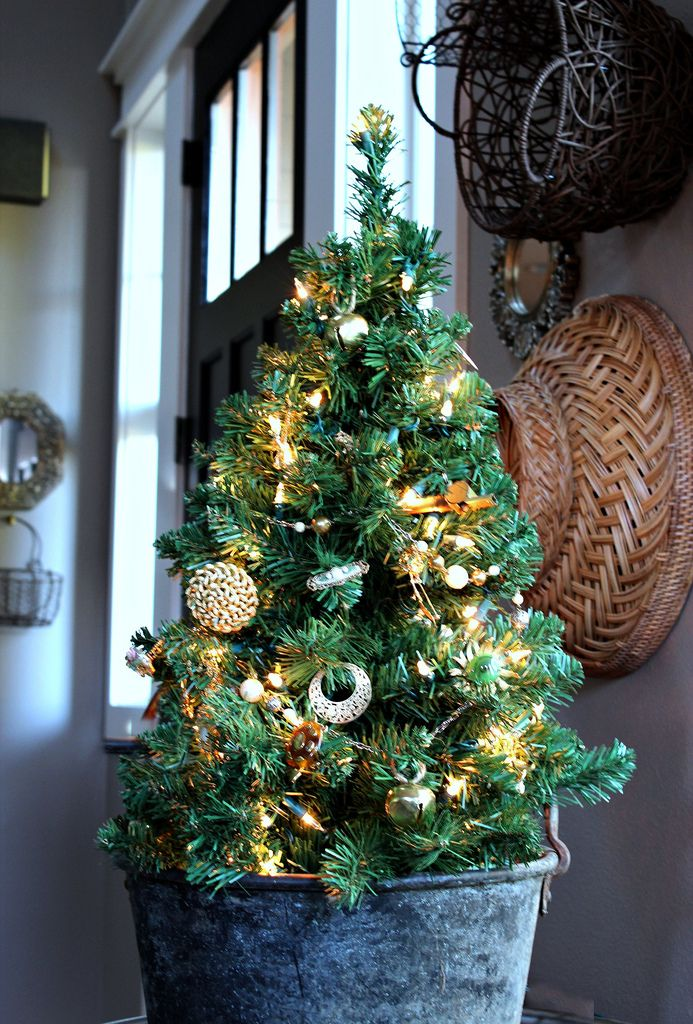 Aww, this is a sweet idea.  Decorate a little tree with my granny's old jewelry.  What a fabulous way to use those trinkets.