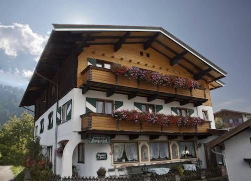 Gasthof Hotelpension Lanzenhof Going am Wilden Kaiser Featuring a free sauna on site, Gasthof Hotelpension Lanzenhof offers free WiFi access and a garden with a terrace.  The rooms feature a seating areas fitted with a flat-screen TV with cable channels and a sofa.