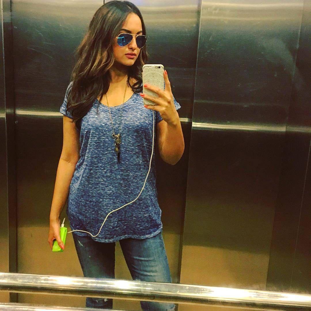 """New selfiee  I love her style ❤  #SonakshiSinha #mondayblues  #standardelevatorselfie #realgirlstyle"""