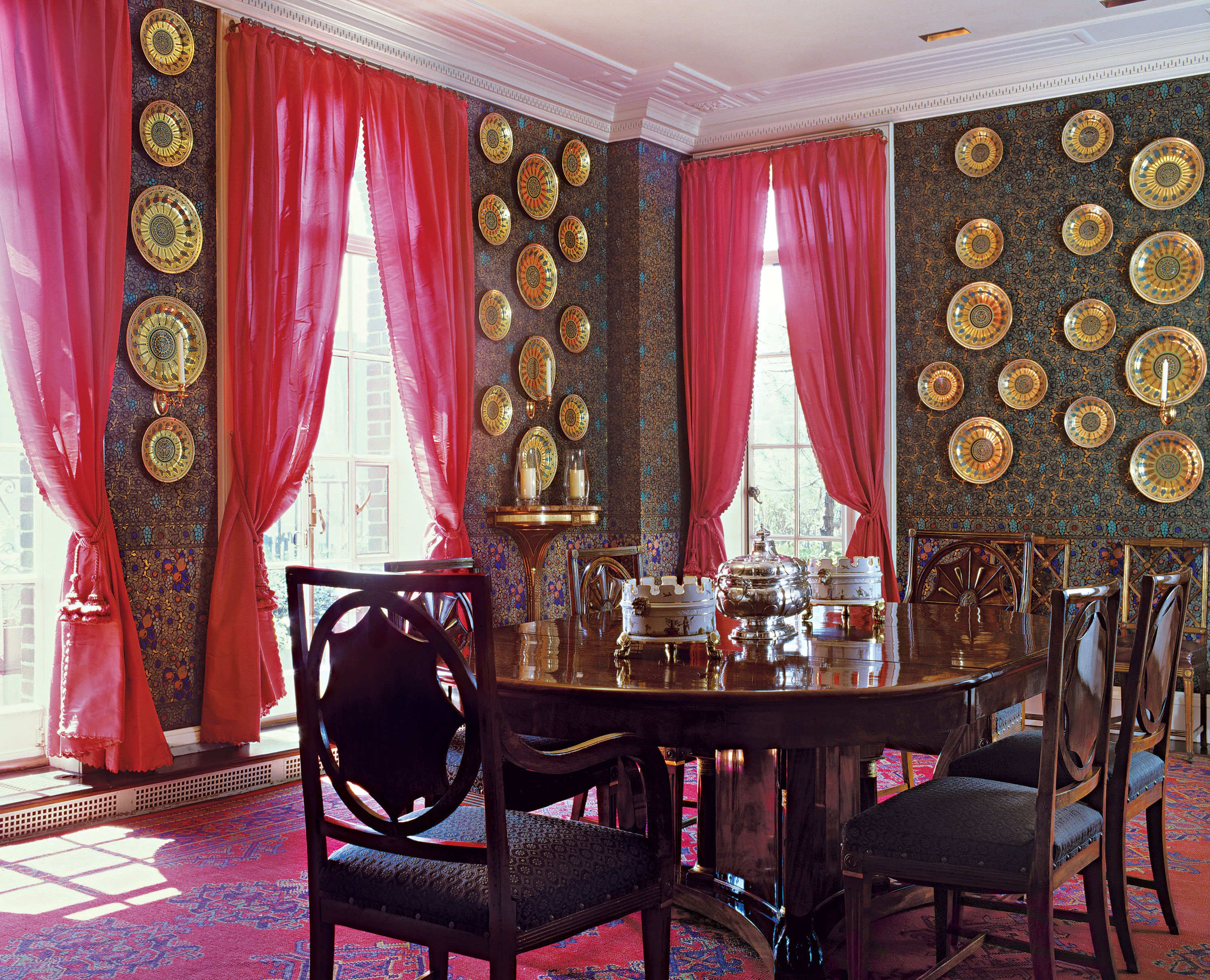 Gianni and Marella Agnelli in New York The hand painted wallpaper