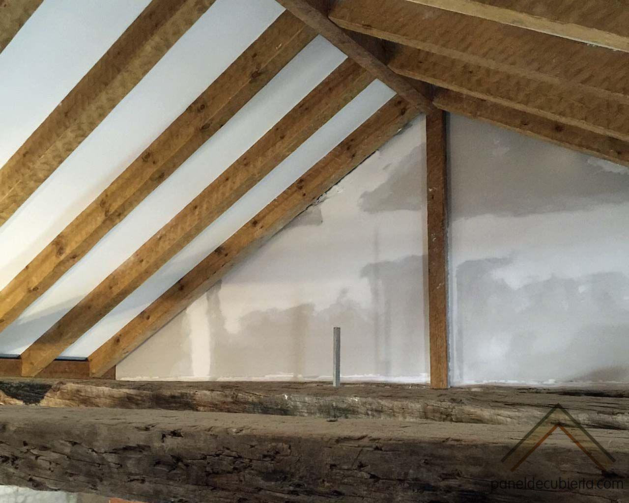 Fase de remate de colocación de panel de madera con núcleo aislante ...