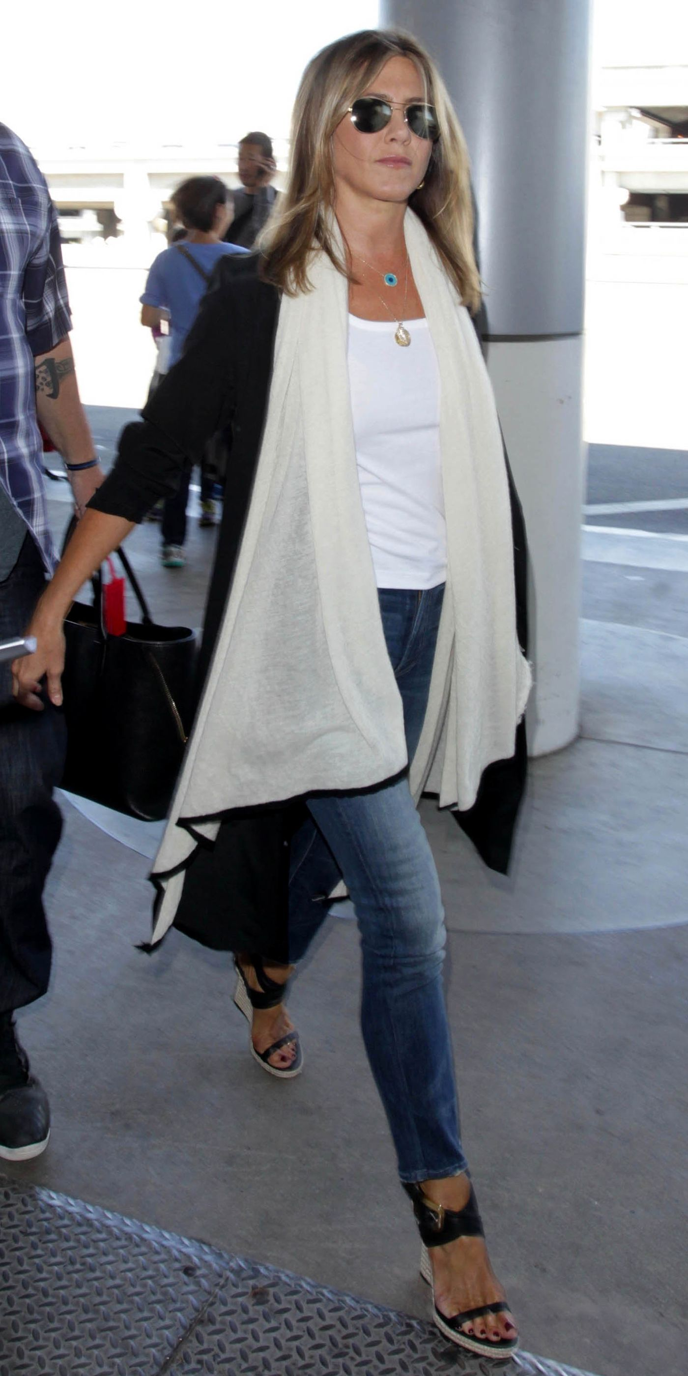 Jennifer Aniston 39 S Casual Chic Ensemble Will Give You Airport Style Envy Airport Style Casual