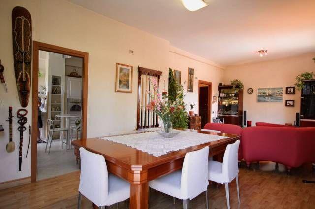 Vendita appartamento a testaccio salone doppio con tavolo da