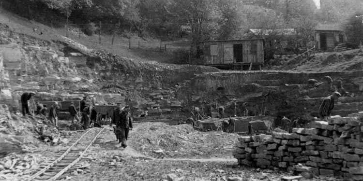Concentration camp inmates forced to work in Wewelsburg quarry, 1940