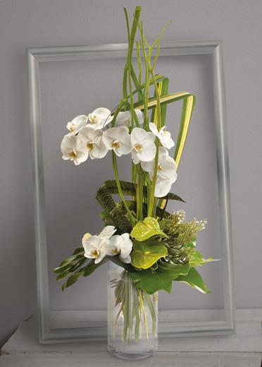 c leste bouquet en hauteur d 39 orchid es phalaenopsis blanches et anthuriums verts avec travail. Black Bedroom Furniture Sets. Home Design Ideas