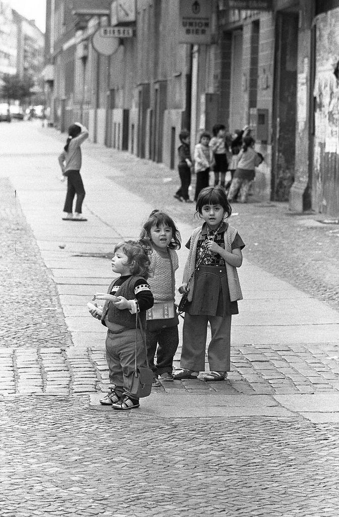 Mein Onkel hat in den 70ern seinen berliner Kiez fotografiert. Hier ist eine kleine Auswahl .
